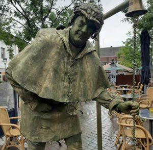 Quasimodo als levend standbeeld.